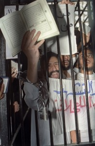 An Islamist holding a Koran behind bars in a military courtroom in 1993 during the height of the Islamist terror campaign. (Photo Norbert Schiller)