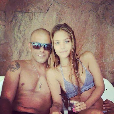 Eyal Golan enjoying the lush life with female admirer.