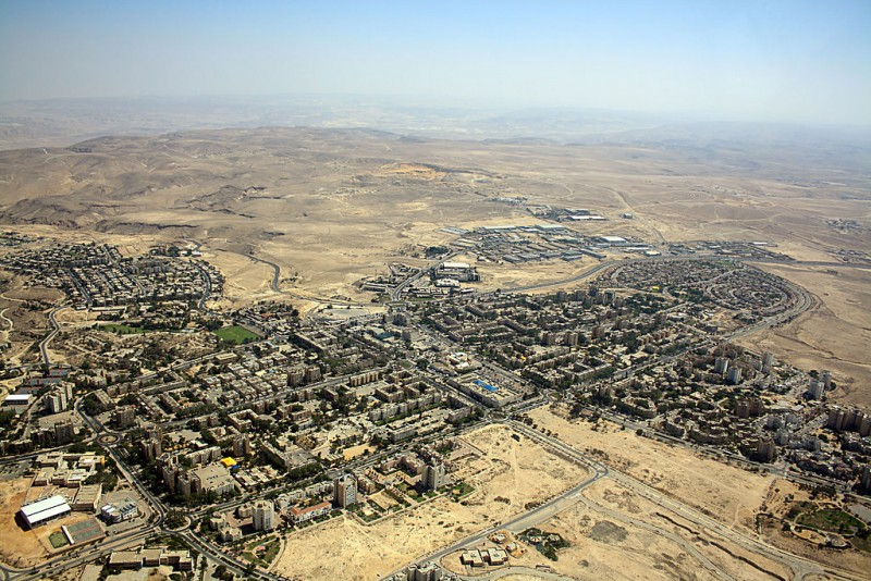 Arad, a small city in southern Israel, photographed from the air on August 18, 2013. (Wikimedia Commons / Neukoln)
