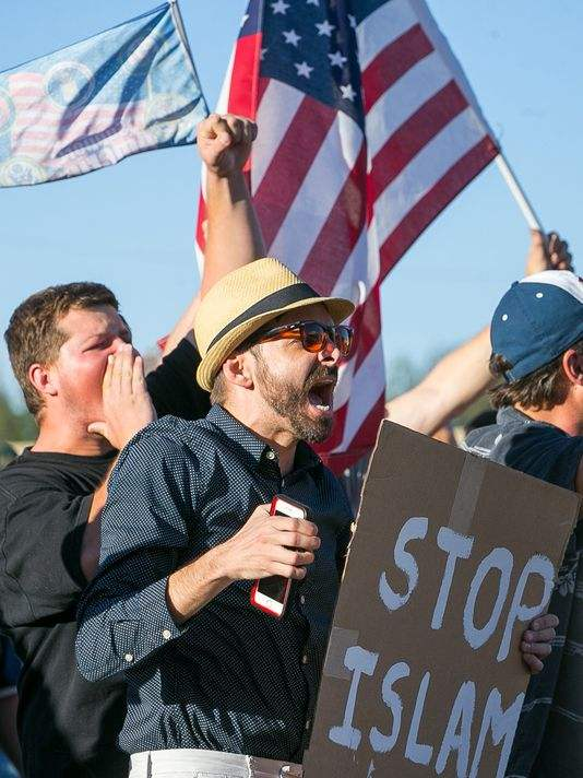 Anti-Islam protesters gather outside a mosque May 29, 2015, in Phoenix.(Photo: Michael Schennum, The Arizona Republic)