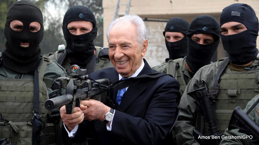 Shimon Peres visits an Israeli police counter-terrorism unit, 2011.