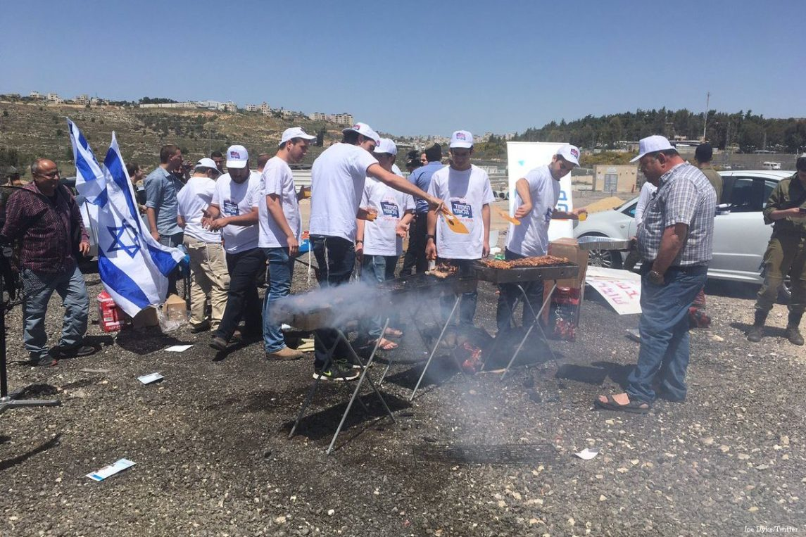 Israeli Extremists Taunt Hunger-Striking Palestinian Prisoners With BBQ