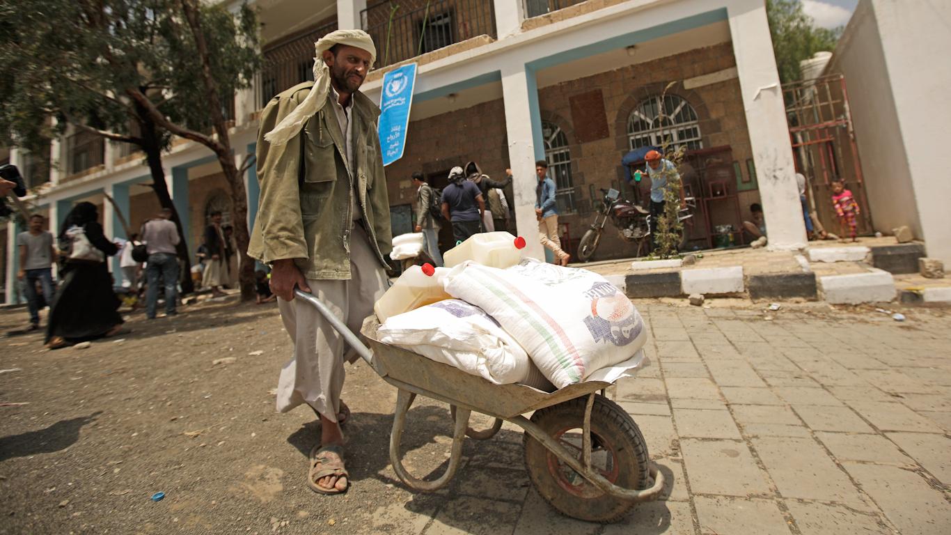 Поскольку Йемен голодает, миллиарды в фондах доноров заполняют казну международных агентств по оказанию помощи