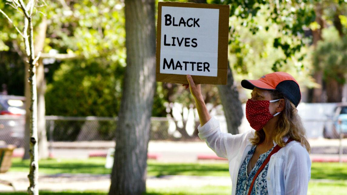 """Informe: Las corporaciones """"Despertaron"""" que apoyan vidas negras importan en silencio Financiar a la policía"""